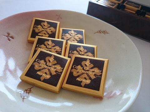 お皿に盛りつけたチョコレート